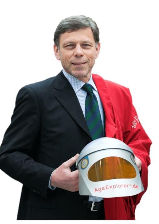Erfinder Gundolf Meyer-Hentschel mit einem aktuellen Modell des Alterssimulationsanzug